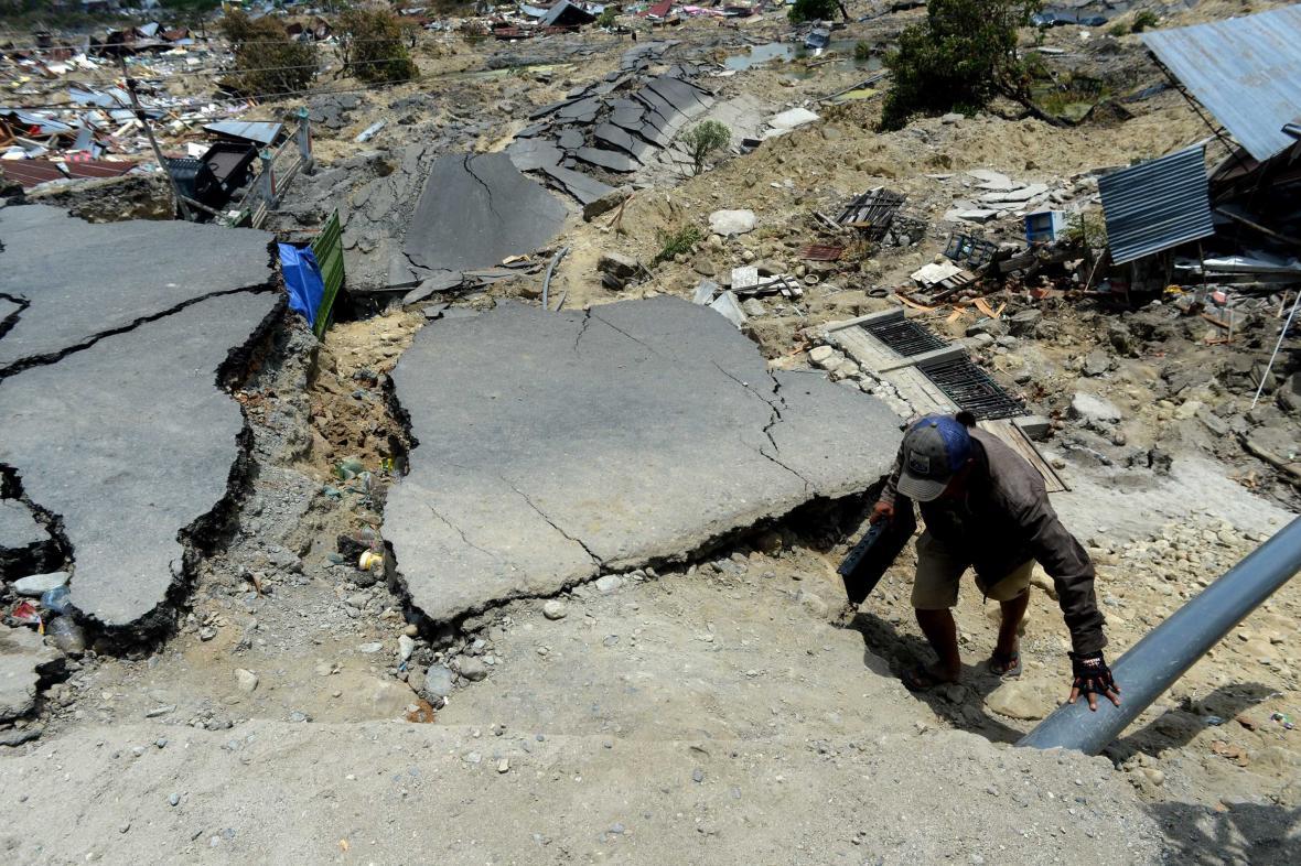 Prohledávání trosek ve městě Palu
