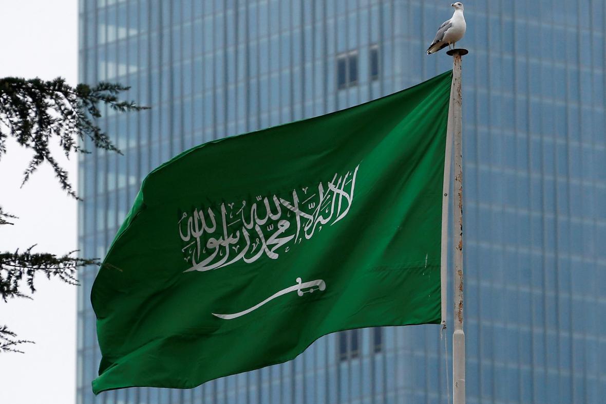 Saúdská vlajka před konzulátem v Istanbulu