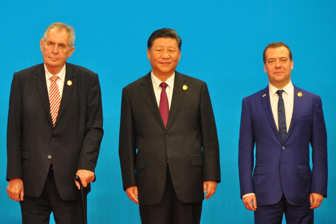 Český a čínský prezident a ruský premiér na slavnostním zahájení dovozního veletrhu v Šanghaji