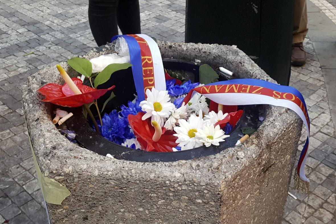Květiny prezidenta Miloše Zemana skončily v koši