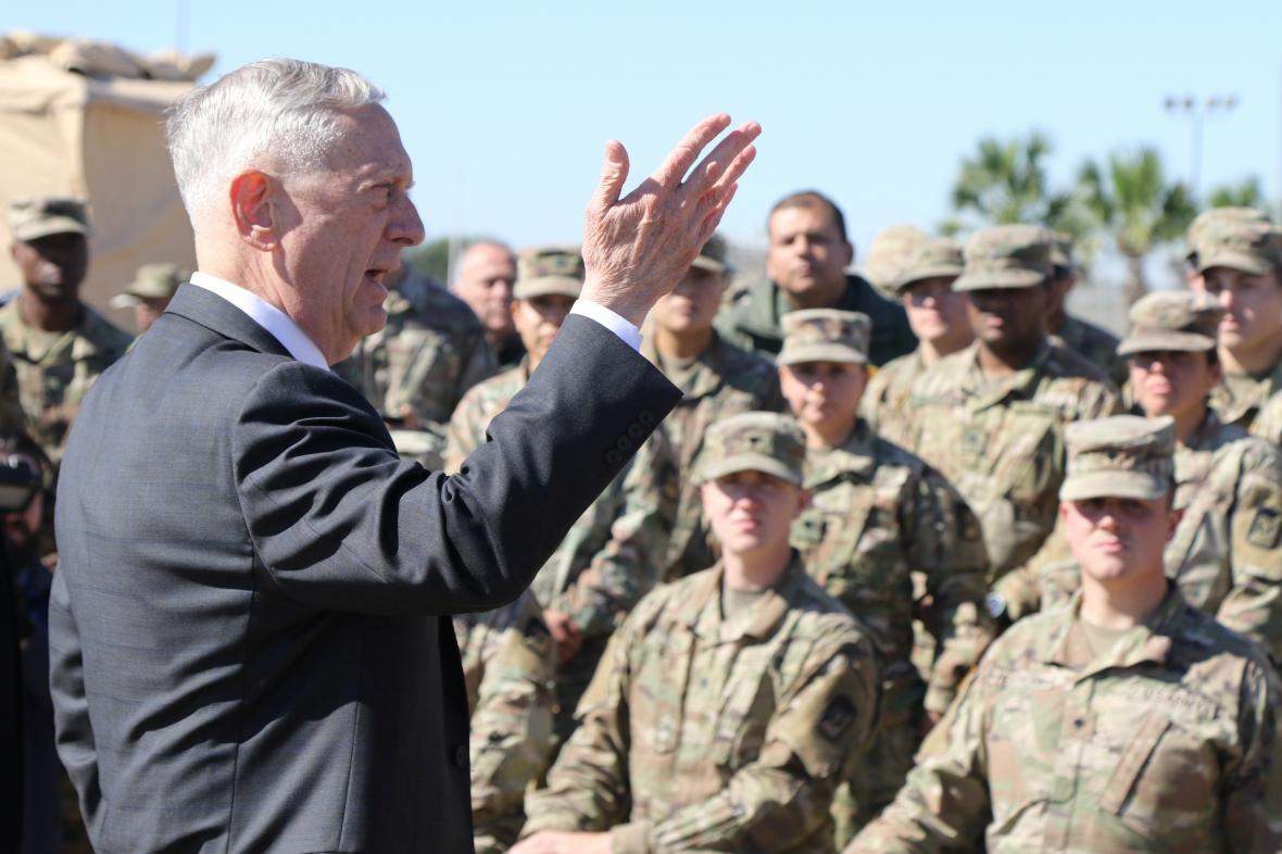 James Mattis mluví s vojáky na základně v Texasu
