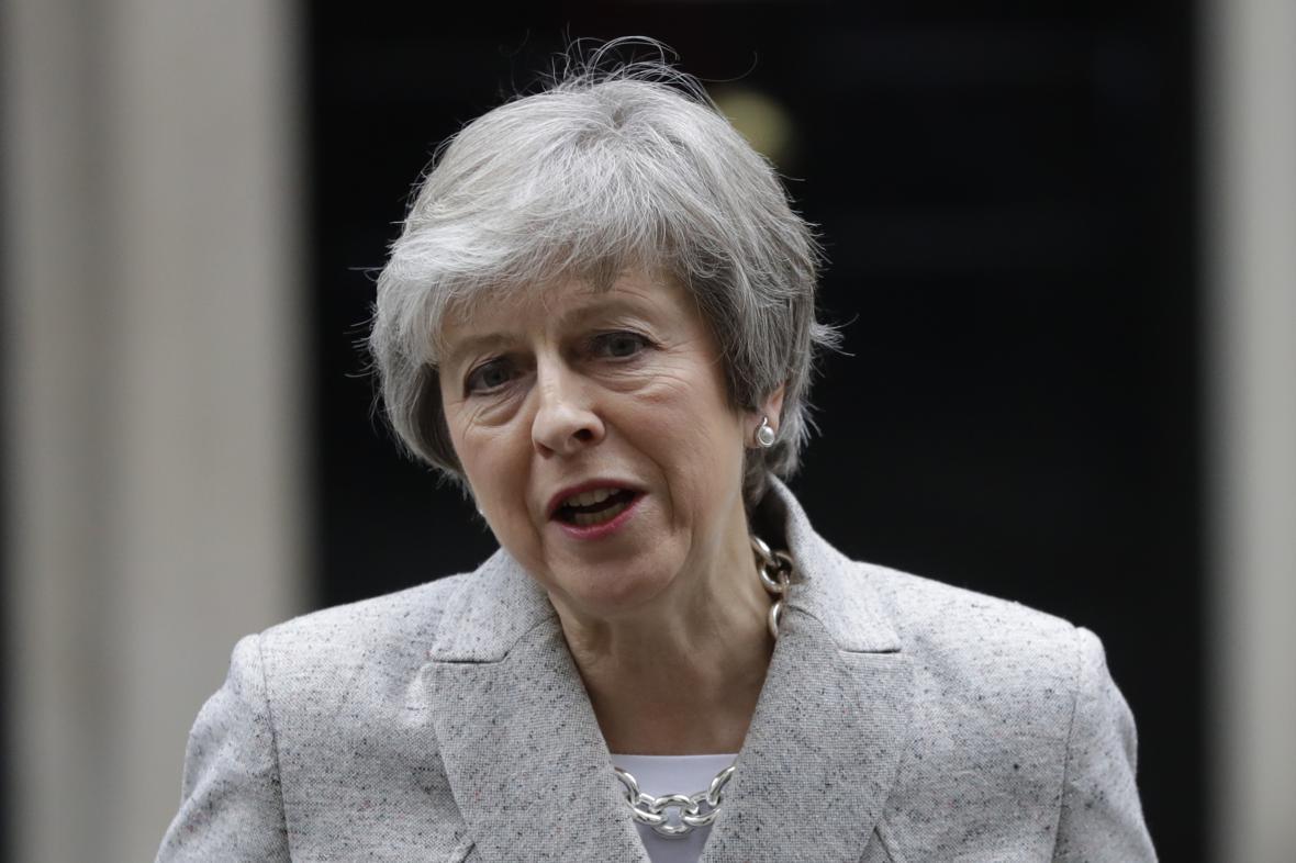 Britská premiérka Theresa Mayová před Downing Street 10