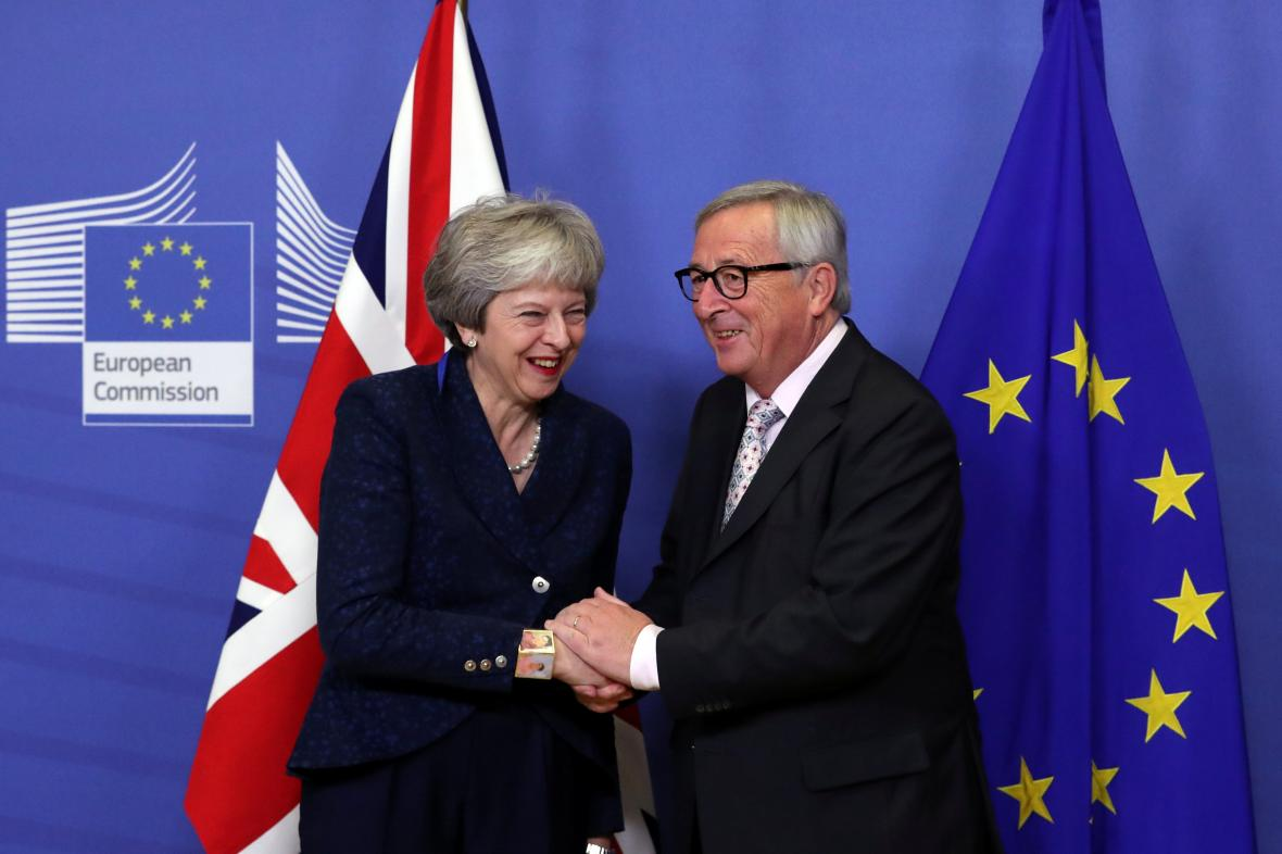 Britská premiérka Theresa Mayová a šéf Evropské komise Jean-Claude Juncker