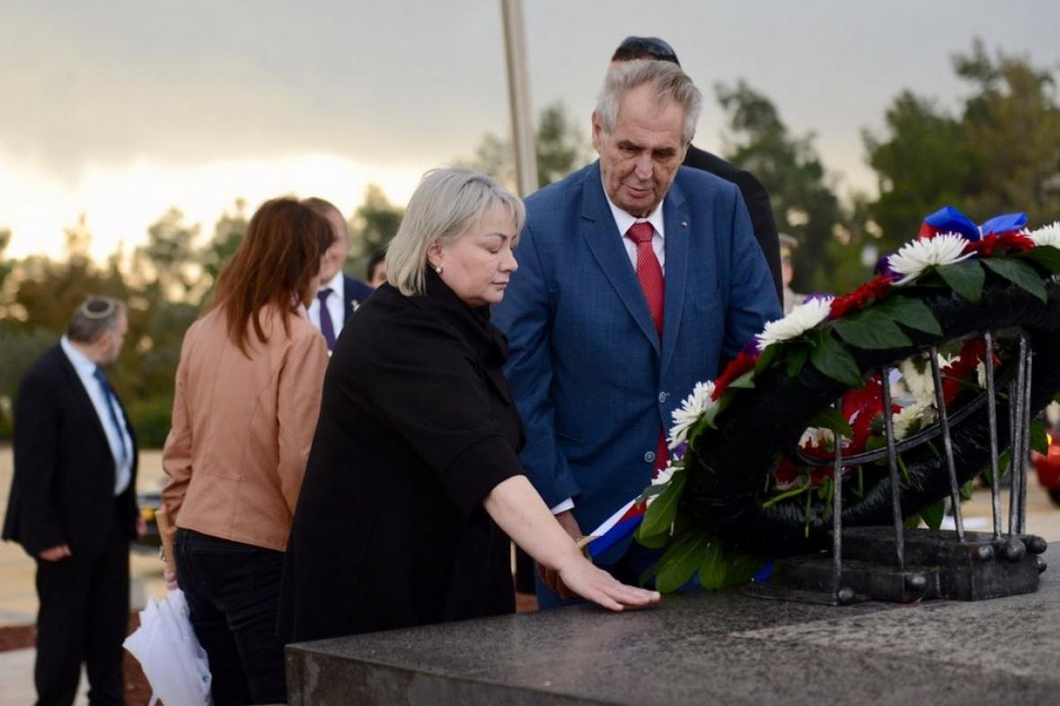 Prezident Miloš Zeman s manželkou u Herzlova hrobu v Izraeli