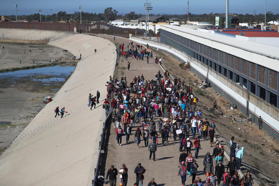 Migranti u hranic s Mexikem