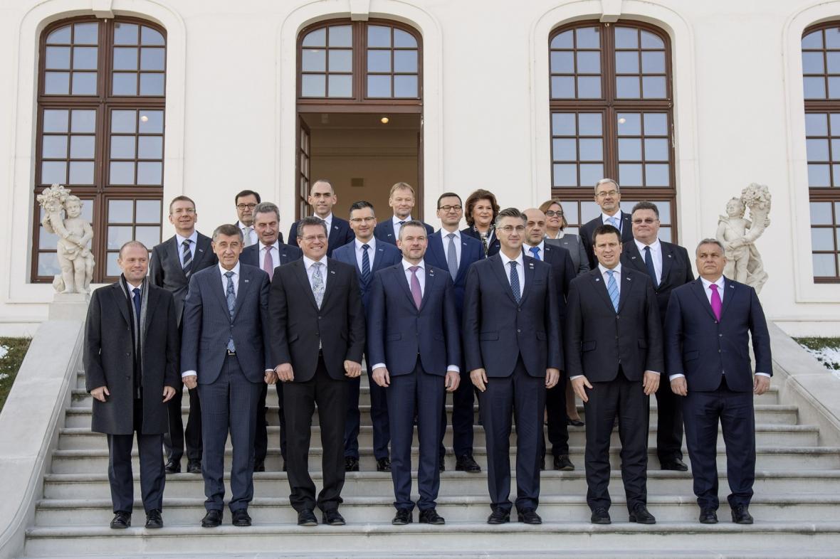 Zástupci 16 nových a chudších zemí EU ze skupiny Přátel koheze na schodech v zahradě Bratislavského hradu