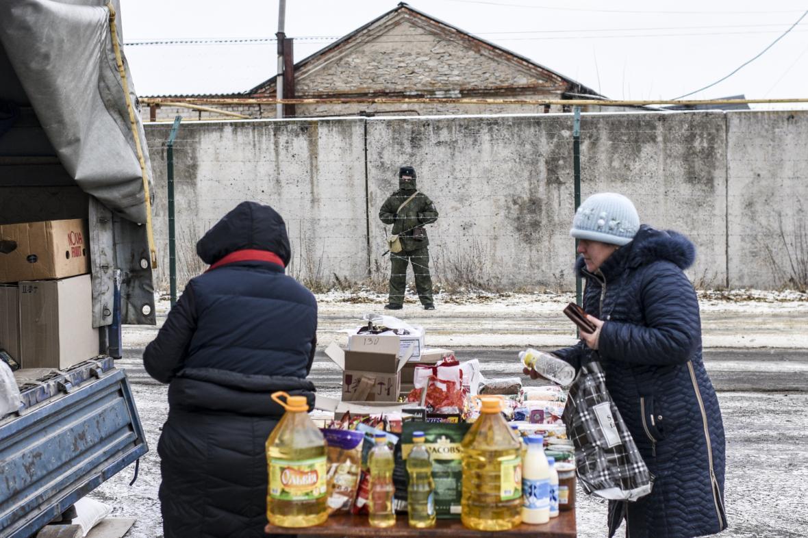 Ruský pohraničník ve východoukrajinské obci Milove