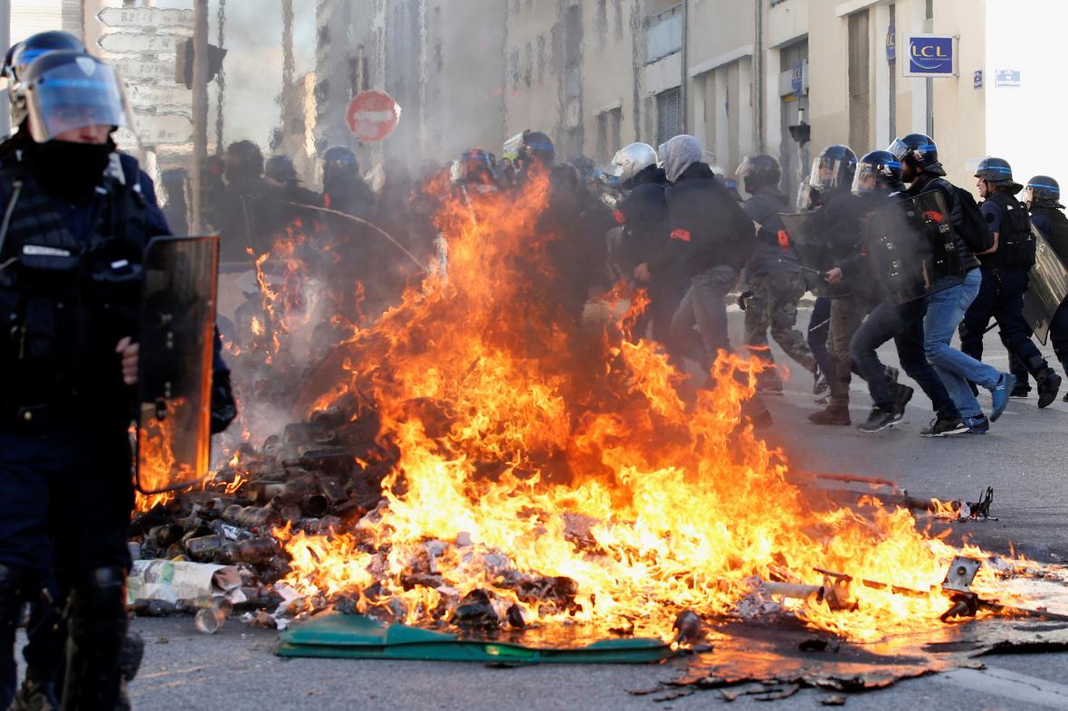 Policie během protestů v Marseille