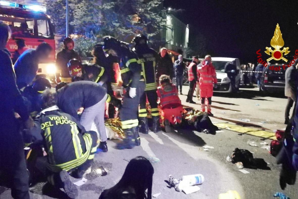 Mrtví po panice v nočním klubu v Itálii