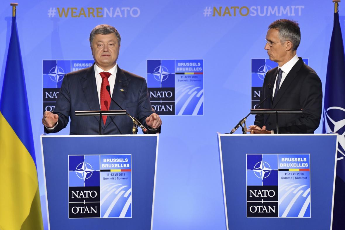 Ukrajinský prezident Petro Porošenko a šéf NATO Jens Stoltenberg
