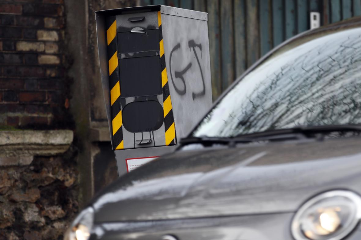 Vandaly poničený radar u Paříže