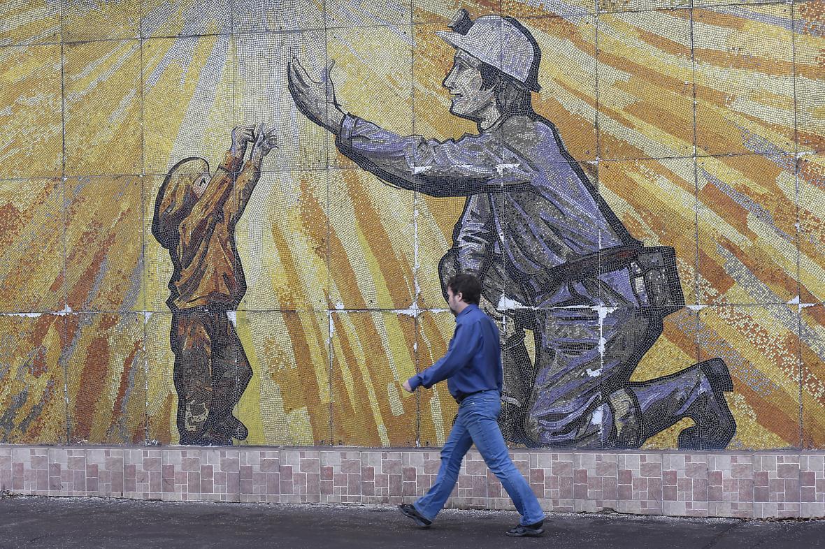 Mozaika u vstupu do areálu dolu ČSM