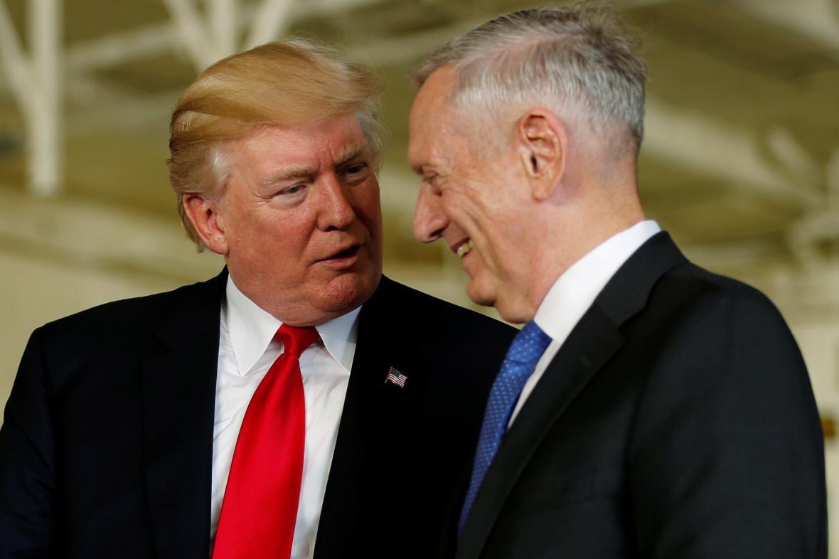 Americký prezident Donald Trump s ministrem obrany Jamesem Mattisem