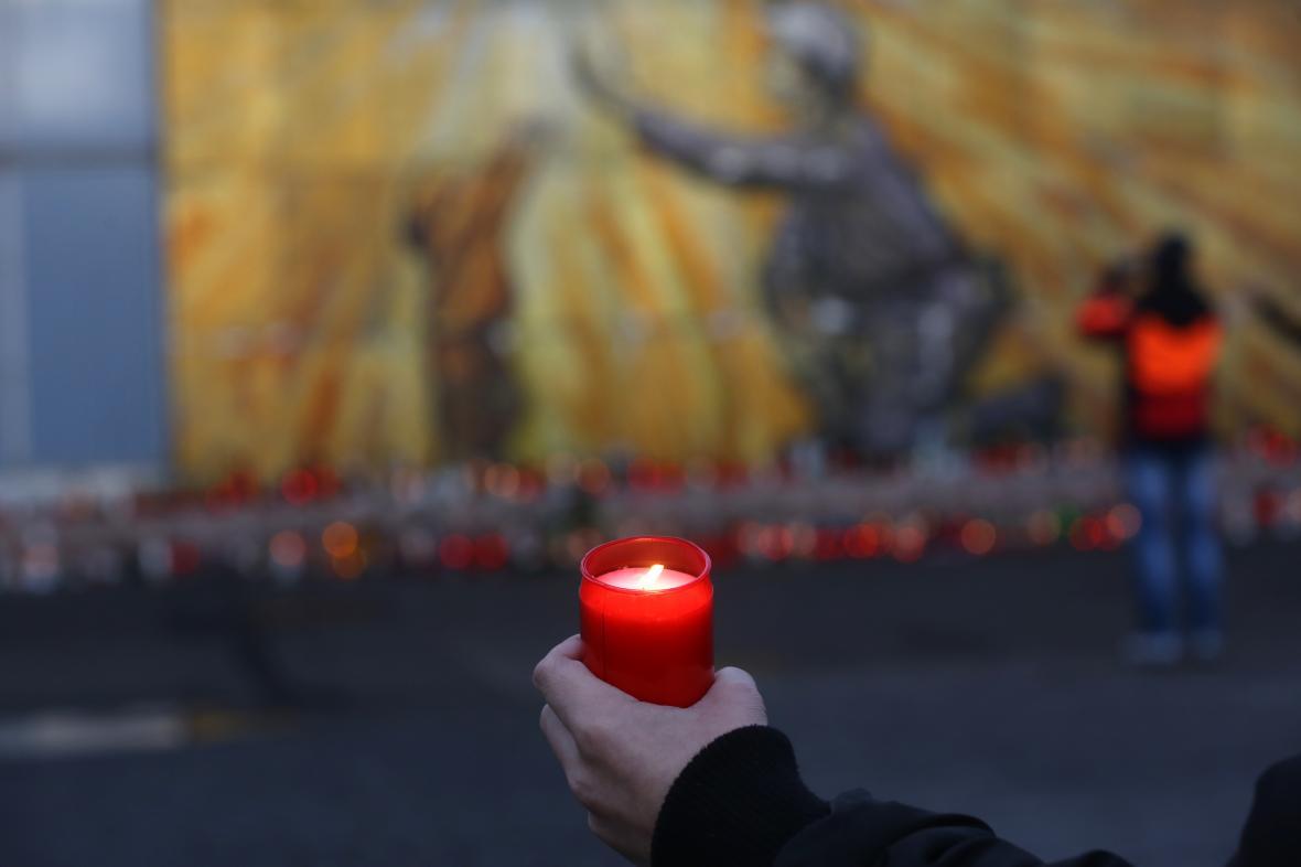 Pozůstalí i kamarádí zapalují u dolu ČSM svíčky na památku mrtvých horníků