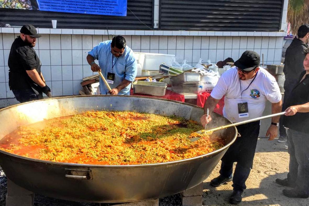 Vánoční paella pro migranty v mexické Tijuaně