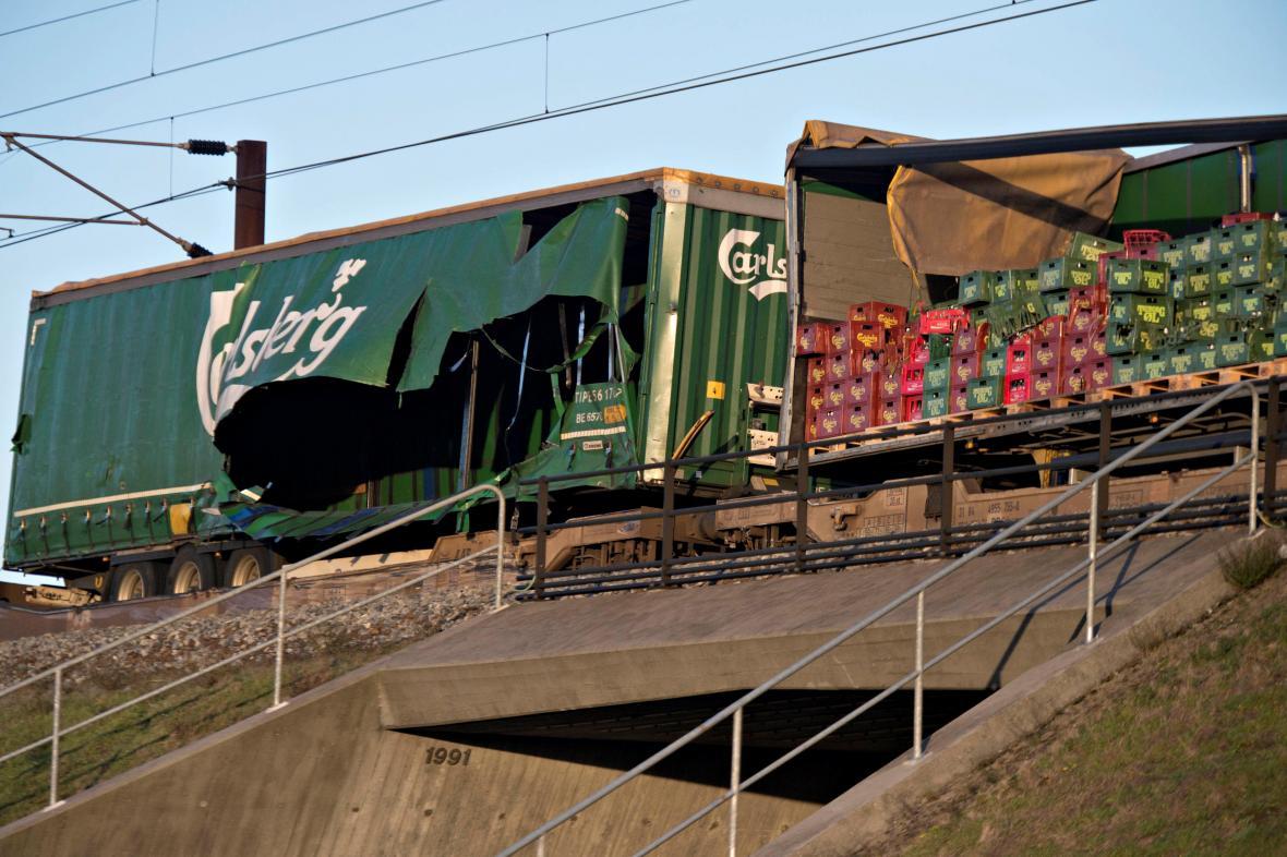 Poškozený nákladní vlak na mostě, který spojuje dánské ostrovy Sjaelland a Fyn