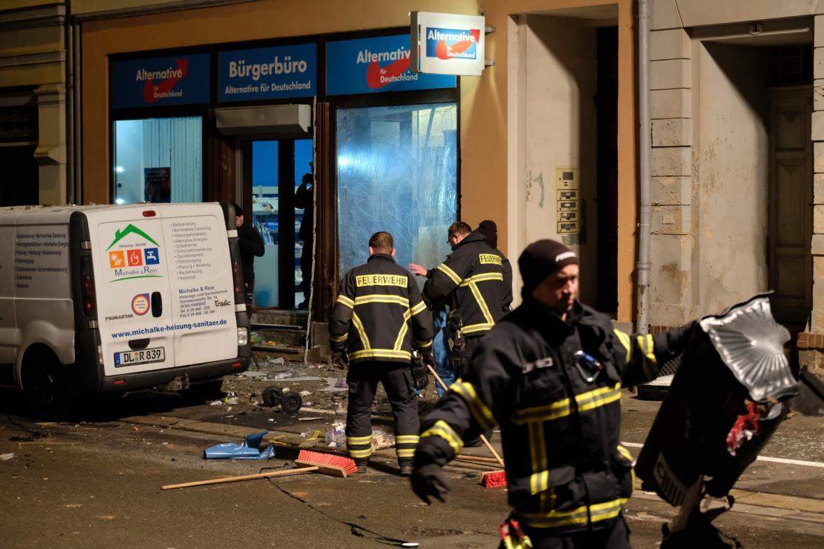 Hasiči na místě výbuchu u kanceláře AfD