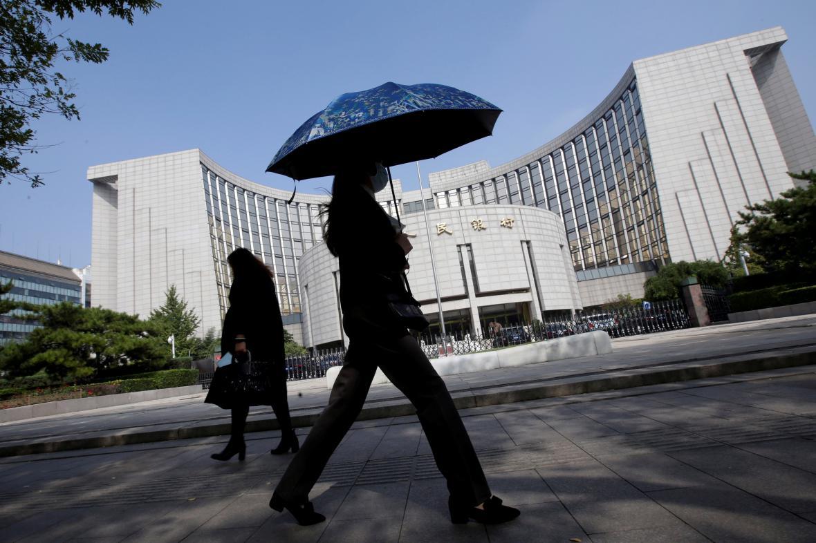 Lidé míjejí sídlo čínské centrální banky v Pekingu