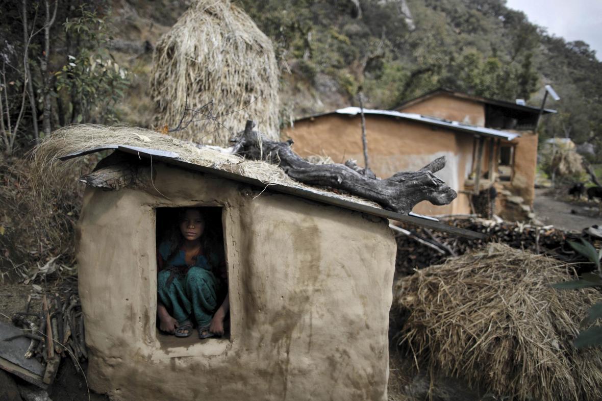 Žena v menstruační chýši v Nepálu