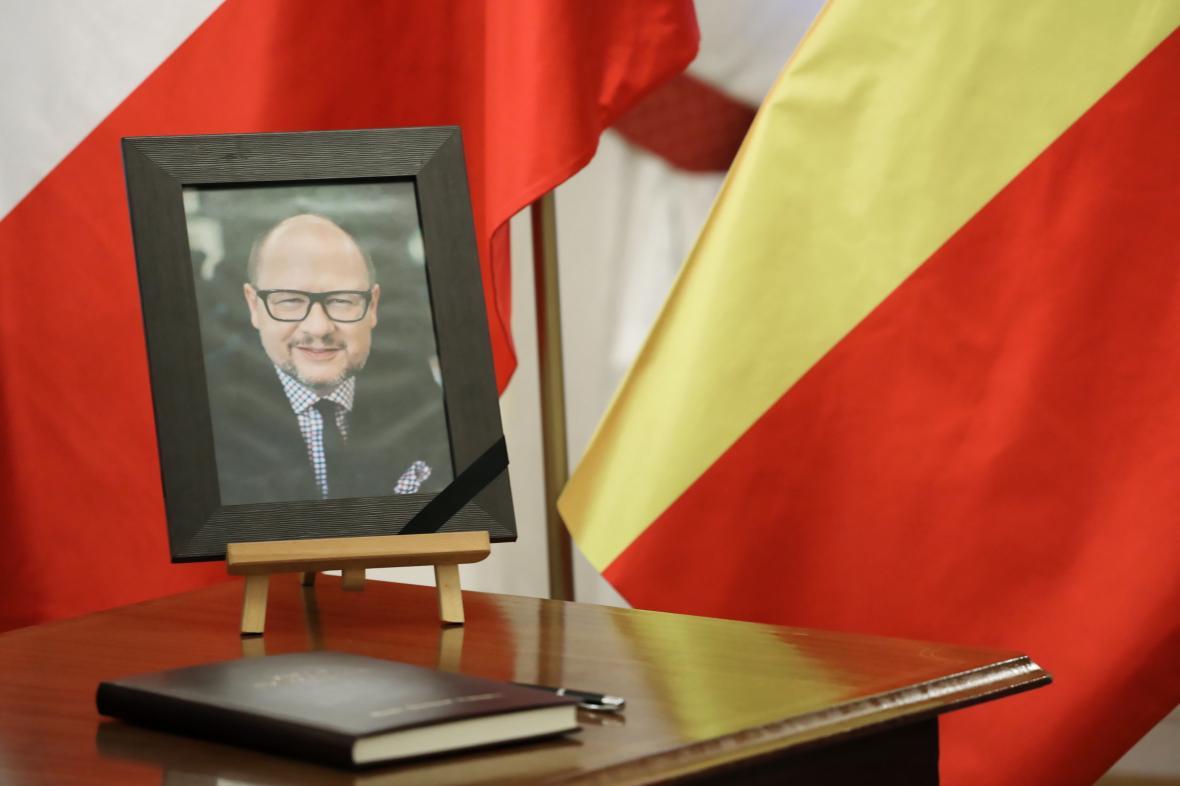 Kondolenční kniha a portrét Pawla Adamowicze