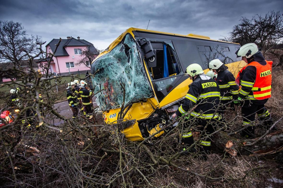 U Černčic na Náchodsku havaroval autobus