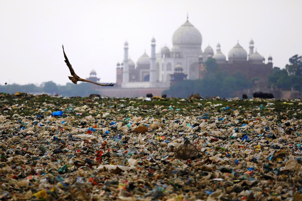 Odpad na březích řeky Jamuny nedalekého historického Tádž Mahalu