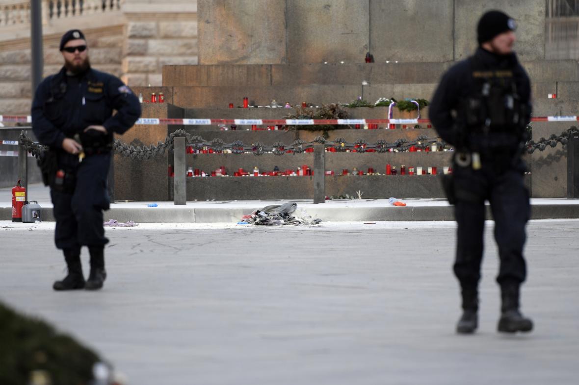 Policisté u místa na Václavském náměstí, kde se zapálil muž