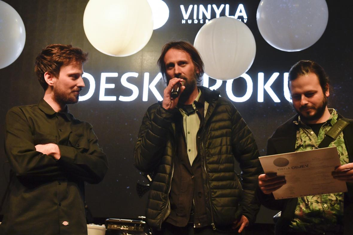 Frontman kapely Povodí Ohře (uprostřed)