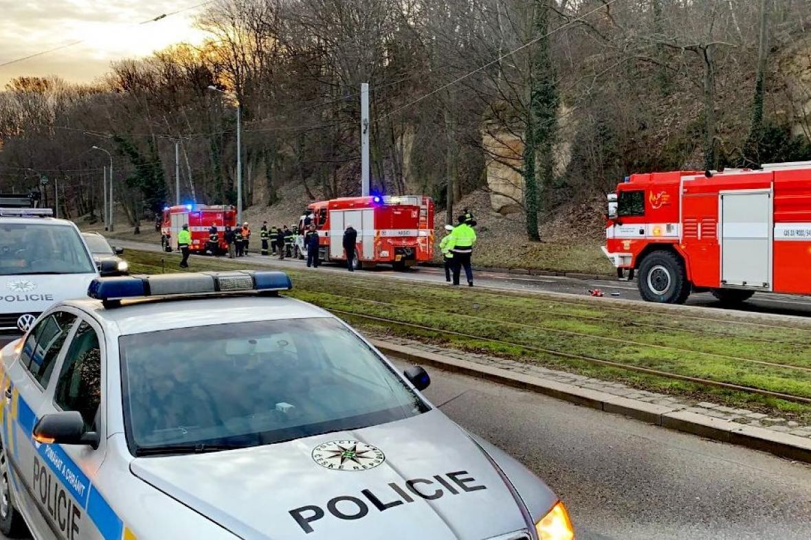 Nehoda hasičských vozů a dodávky