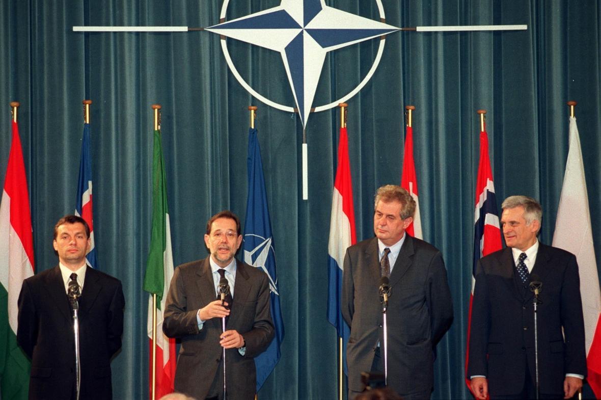 Premiéři Maďarska, Česka a Polska a generální tajemník NATO na tiskové konferenci k přijetí nových členů NATO
