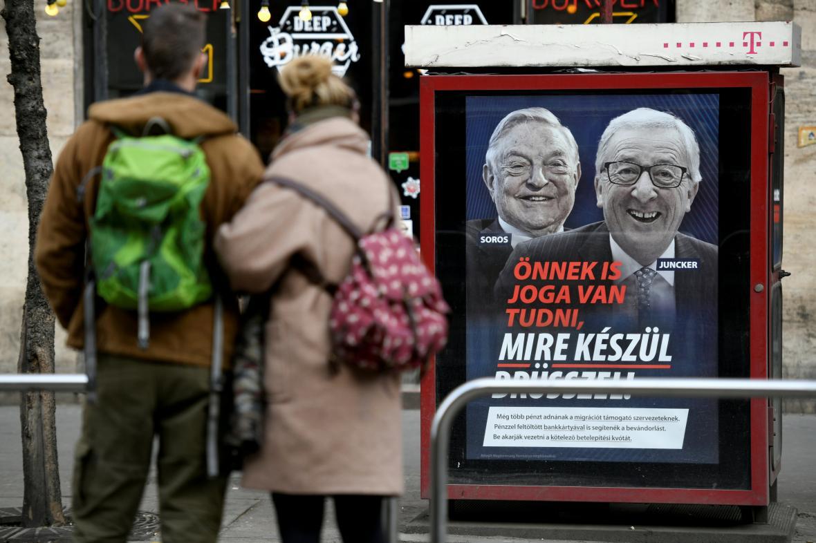 Jeden z maďarských billboardů znevažujících Sorose a Junckera