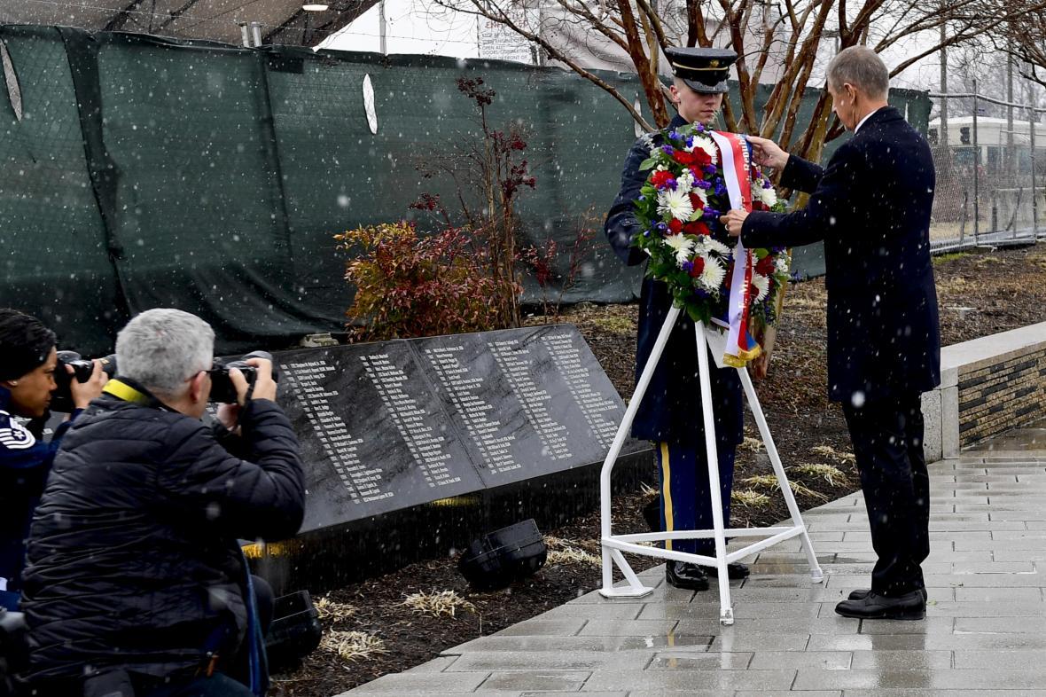 Premiér Andrej Babiš položil věnec u památníku obětem 11. září