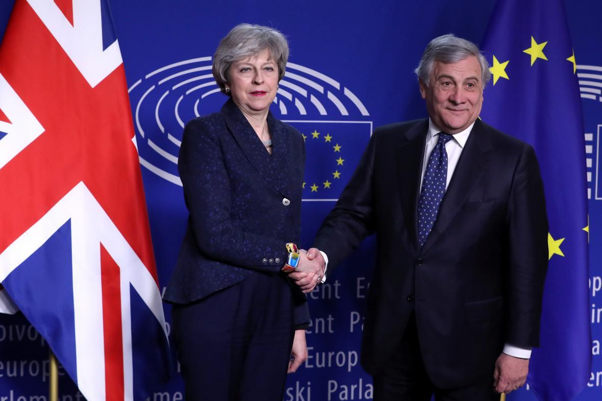 Britská premiérka Theresa Mayová a šéf europarlamentu Antonio Tajani