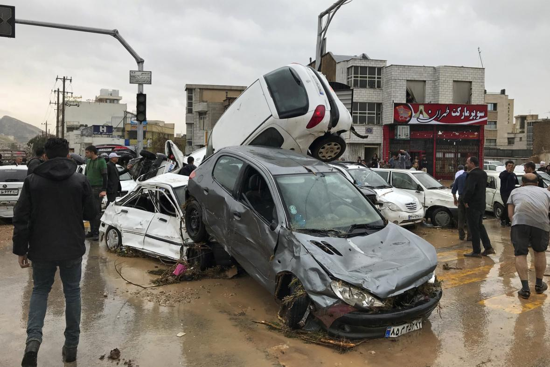 Velká voda odnesla v Šírázu řadu aut