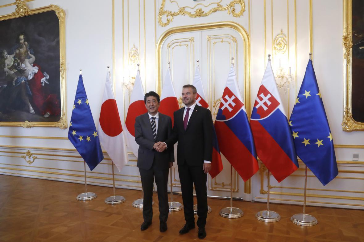 Slovenský premiér Peter Pellegrini s šéfem japonské vlády Šinzóem Abem