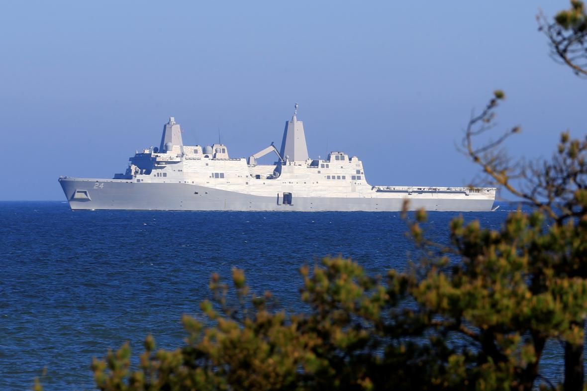 Americká výsadková loď USS Arlington