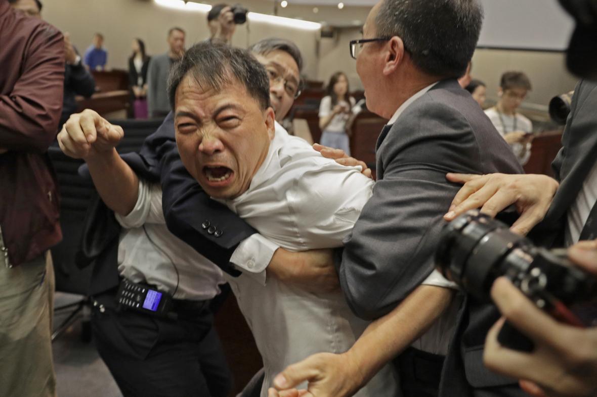 Rvačka v hongkongském parlamentu