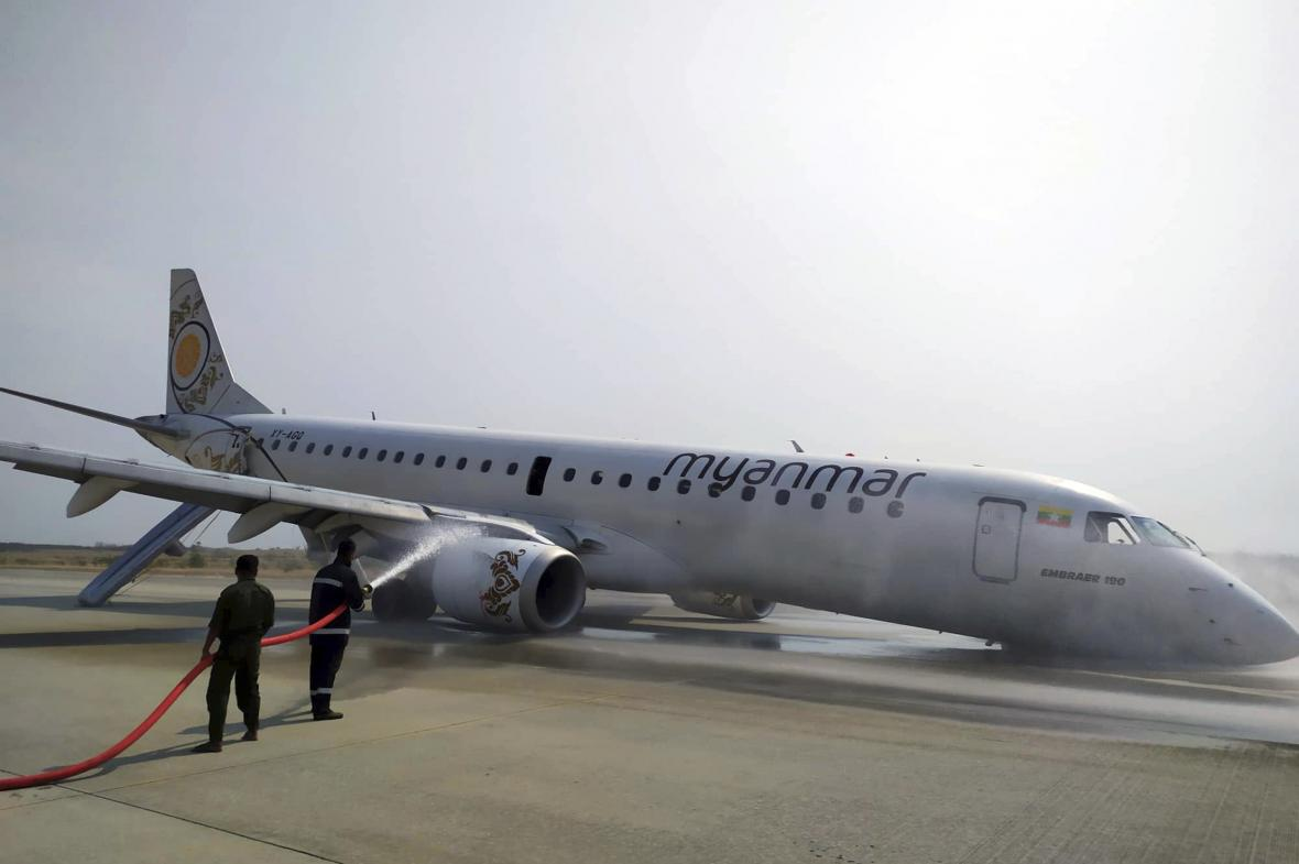 Myanmarské letadlo, které přistálo bez předního podvozku
