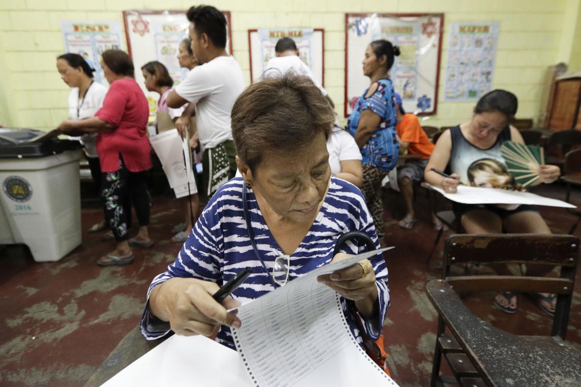 Volební místnost ve filipínské Manile