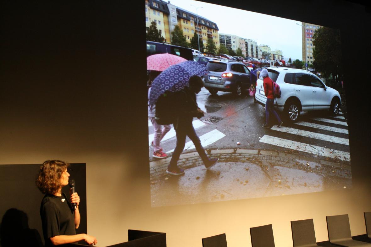 Blanka Klimešová ukazuje ranní automobilový chaos před školou
