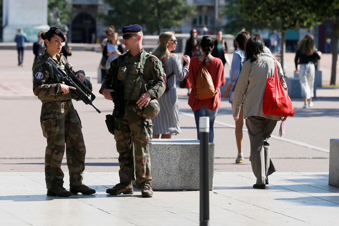 Francouzská armáda dohlíží v Lyonu na bezpečnost v ulicích
