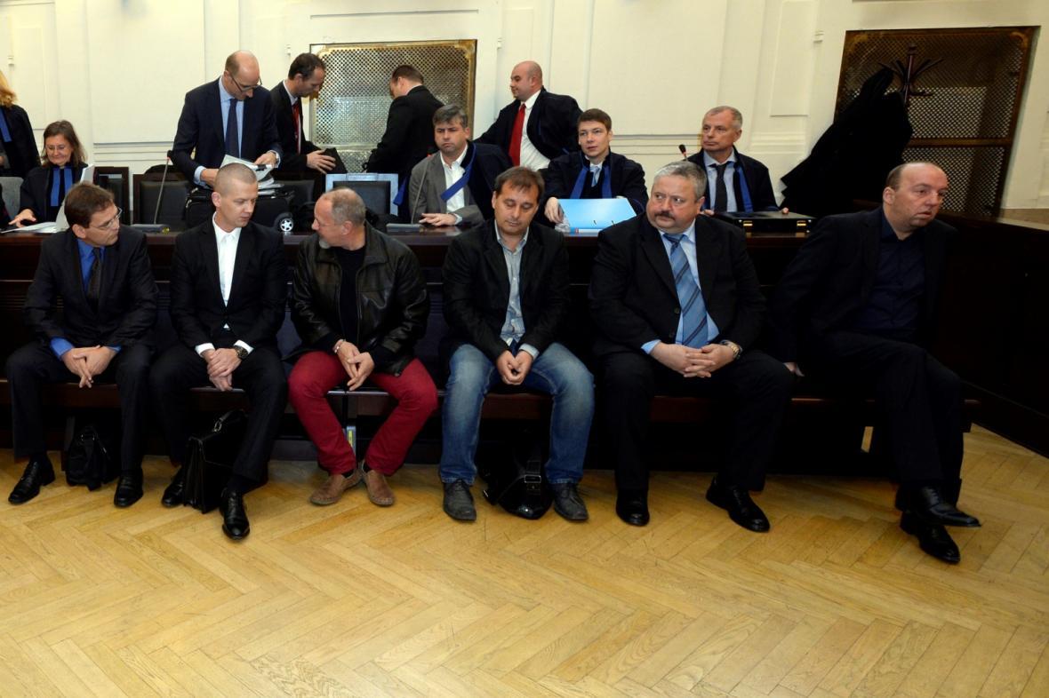 Pavel Girstl (zcela vpravo) spolu s dalšími obviněnými během soudu v kauze Promopro