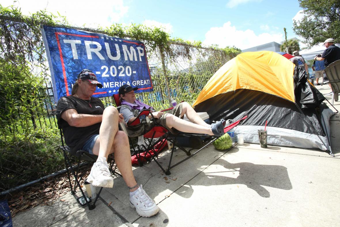 Trumpovi stoupenci stanují před halou v Orlandu