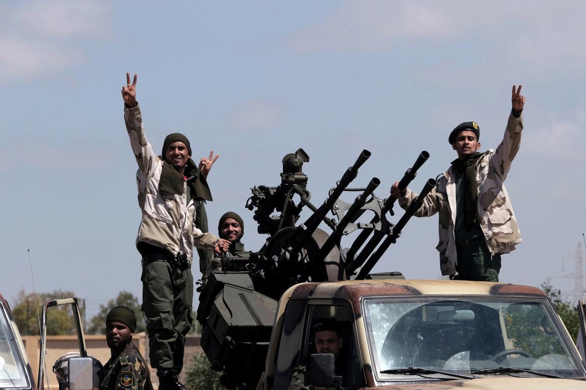 Členové libyjských národních sil polního maršála Chalífy Haftara