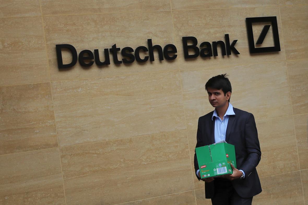 Muž před Deutsche bankou