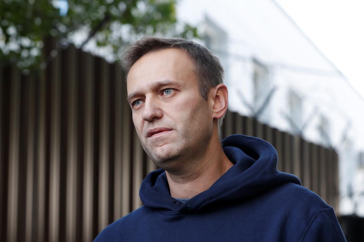 Alexej Navalnyj při odchodu z vězení