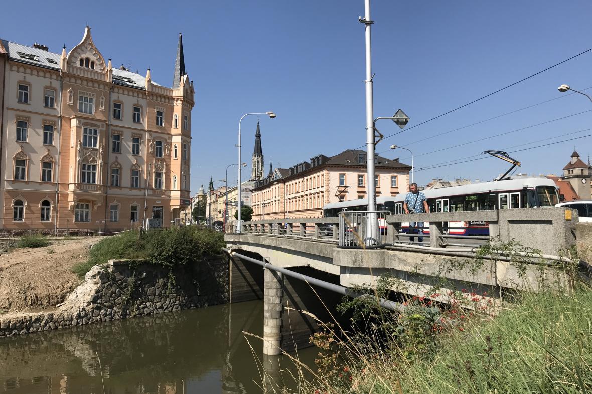 Most přes řeku Moravu v centru Olomouce