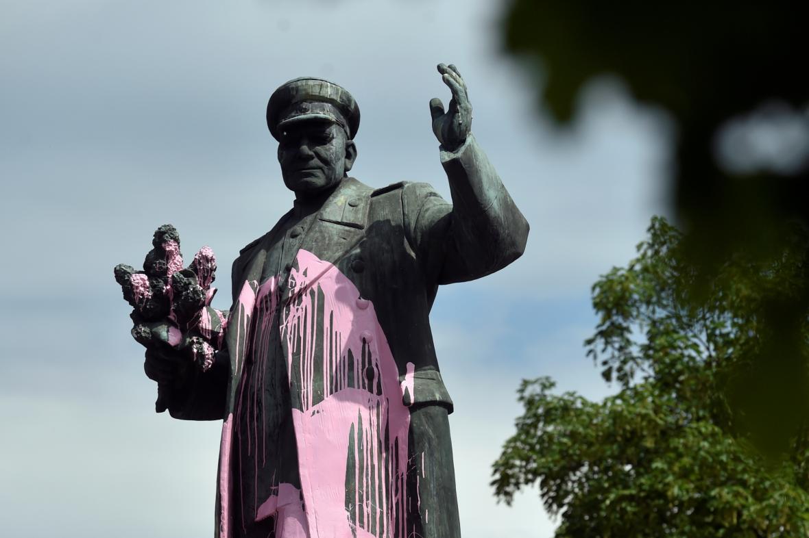 Pomník maršála Koněva poškozený vandaly (květen 2018)
