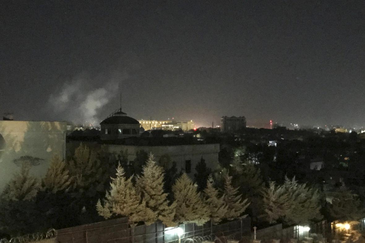 Dým stoupající z místa, kde stojí americká ambasáda
