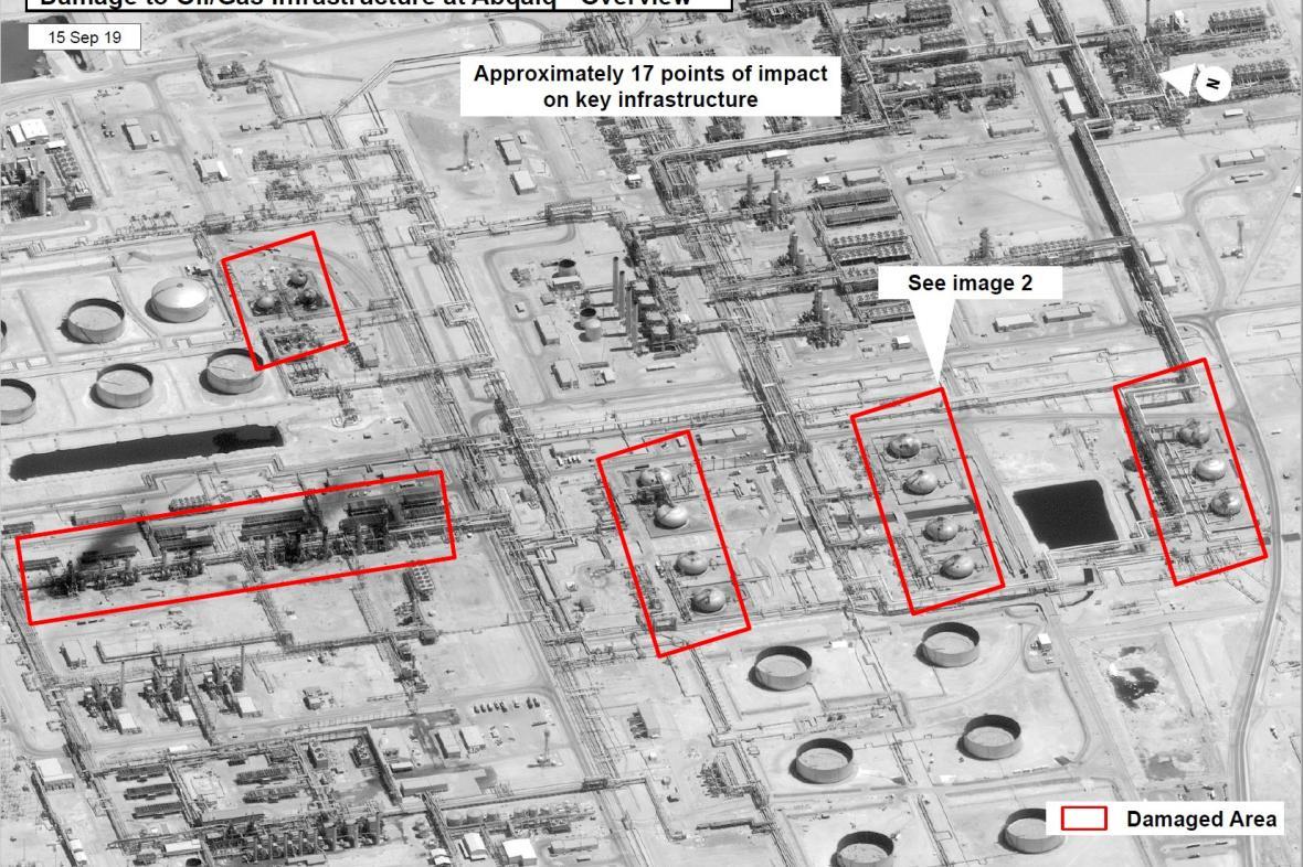 Satelitní snímky zveřejněné vládou USA ukazují poškozené části saúdského ropného zařízení